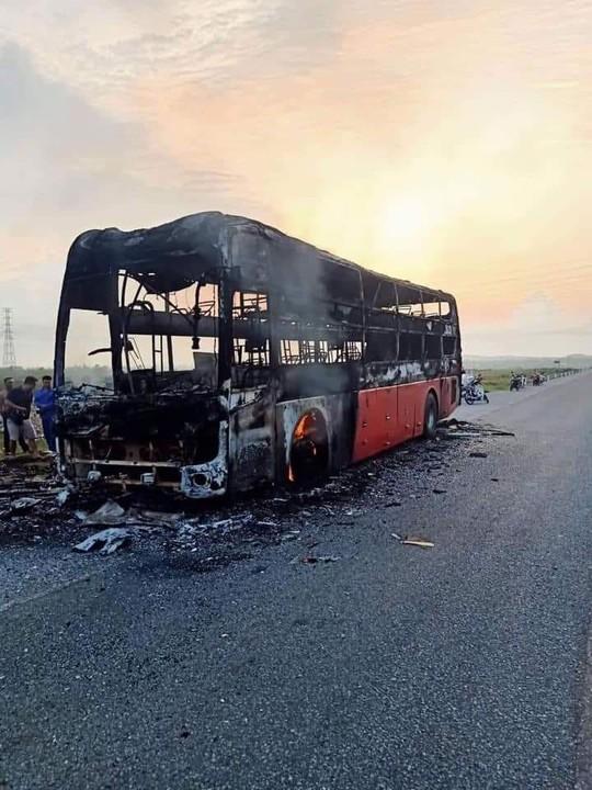 Chiếc xe khách giường nằm bị thiêu rụi trên quốc lộ 1 chỉ sau 15 phút phát hỏa - Ảnh 1.