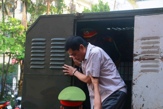 Hoãn phiên tòa xử vụ gian lận điểm thi ở Hà Giang - Ảnh 9.