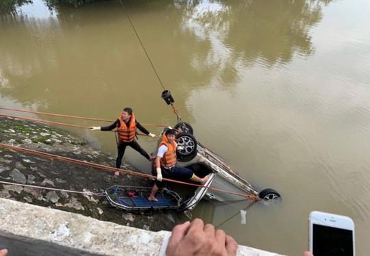 Taxi lao xuống sông trong đêm, một người tử vong, một người đang mất tích - Ảnh 2.