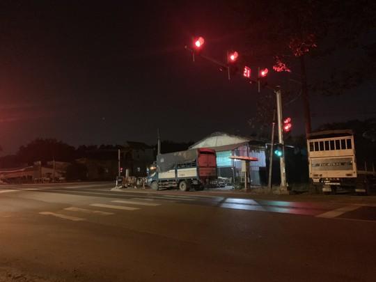 Vụ xe bít bùng dừng đèn đỏ, 3 đối tượng tẩu thoát: Phá cửa thông gió thoát ra - Ảnh 2.