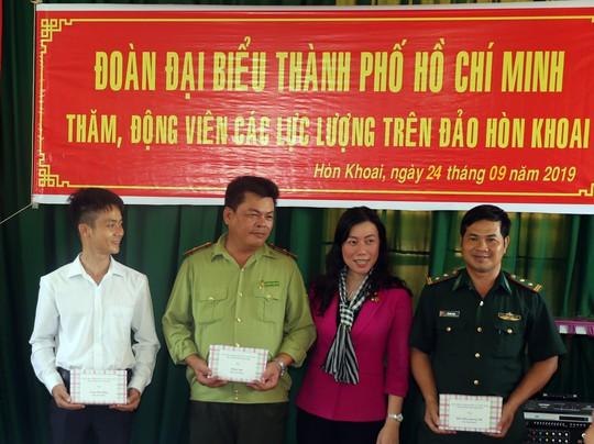 Đoàn đại biểu TP HCM thăm cán bộ, chiến sĩ trên đảo Hòn Khoai - Ảnh 2.