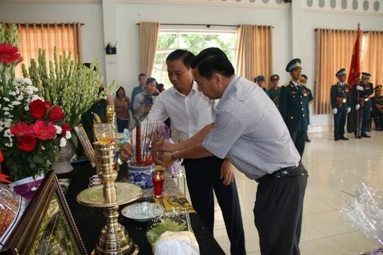 Nghẹn ngào tiễn Đại tá phi công Nguyễn Văn Bảy về với đất mẹ Lai Vung - Ảnh 4.