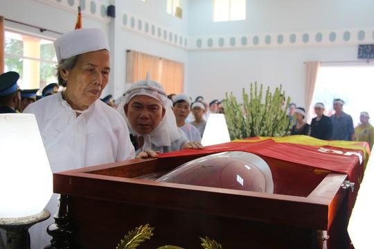Nghẹn ngào tiễn Đại tá phi công Nguyễn Văn Bảy về với đất mẹ Lai Vung - Ảnh 6.