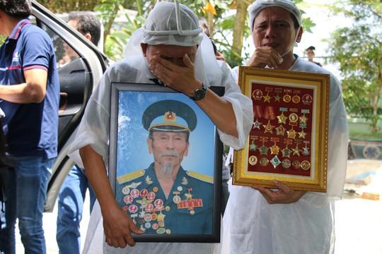Nghẹn ngào tiễn Đại tá phi công Nguyễn Văn Bảy về với đất mẹ Lai Vung - Ảnh 11.