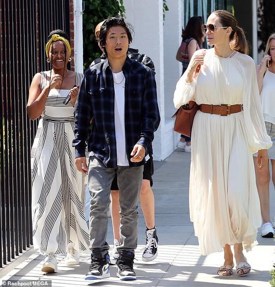 Angelina Jolie duyên dáng bên Pax Thiên, Zahara, Shiloh - Ảnh 4.