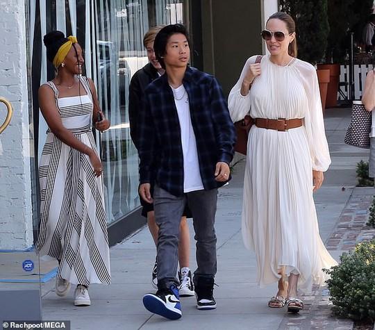 Angelina Jolie duyên dáng bên Pax Thiên, Zahara, Shiloh - Ảnh 3.