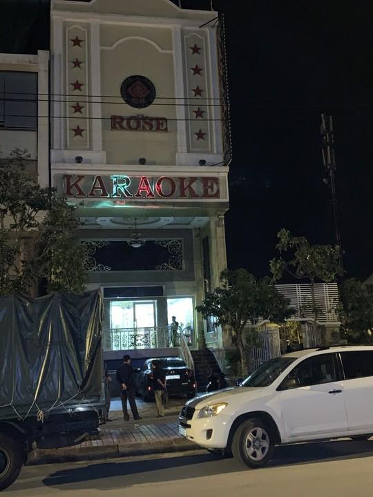 Trinh sát ập vào Karaoke Rose, phát hiện 15 nam nữ phê ma túy - Ảnh 2.