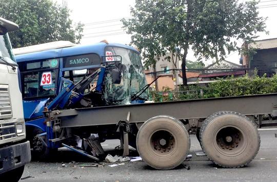 Xe buýt chở nhiều khách bị xé toạc đầu sau cú tông đuôi xe đầu kéo - Ảnh 2.