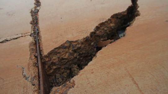 Đường bê tông 80 tỉ đồng sụt lún, nứt toác sau mưa - Ảnh 6.