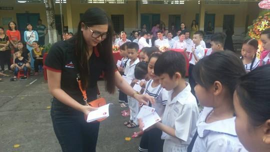 Báo Người Lao Động trao quà và học bổng cho học sinh nghèo miền Tây - Ảnh 3.
