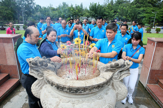 LĐLĐ TP HCM  dâng hương Đài tưởng niệm Nghĩa trang Hàng Dương - Ảnh 3.