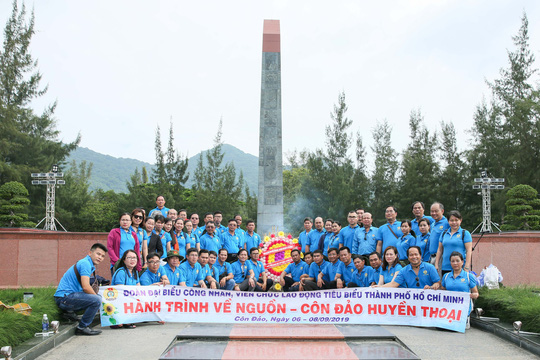 LĐLĐ TP HCM  dâng hương Đài tưởng niệm Nghĩa trang Hàng Dương - Ảnh 4.
