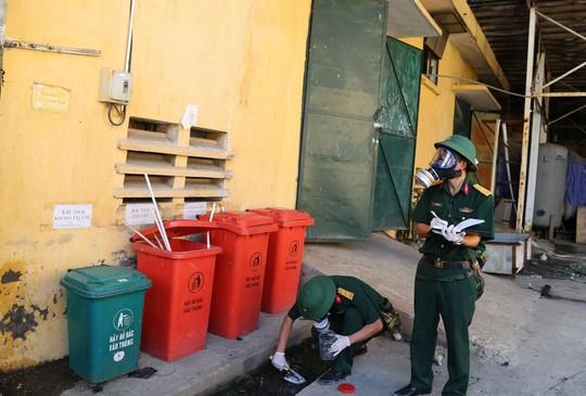 Quân đội lấy mẫu phân tích mức độ ô nhiễm sau vụ cháy Công ty Rạng Đông - Ảnh 1.