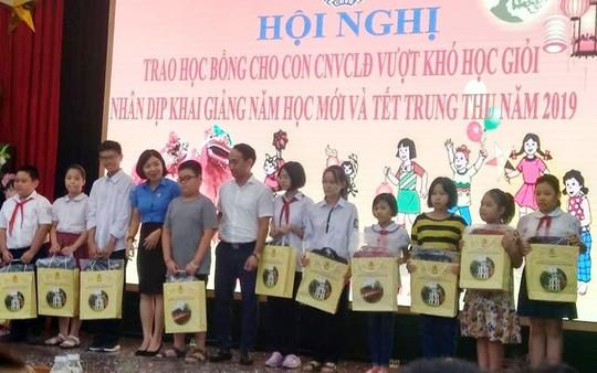 Hà Nội: Trao 80 suất học bổng cho con CNVC-LĐ vượt khó học giỏi - Ảnh 1.