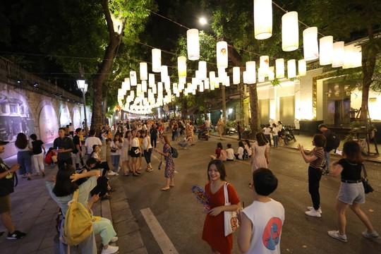 Đèn lồng rợp bóng phố bích hoạ Hà Nội đón Tết Trung thu - Ảnh 1.