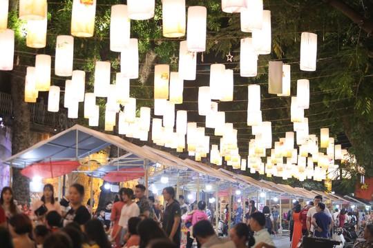 Đèn lồng rợp bóng phố bích hoạ Hà Nội đón Tết Trung thu - Ảnh 2.