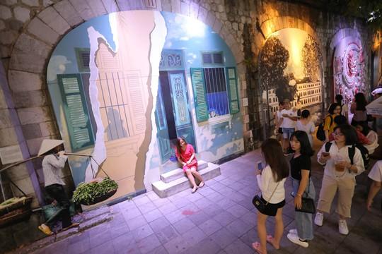 Đèn lồng rợp bóng phố bích hoạ Hà Nội đón Tết Trung thu - Ảnh 4.