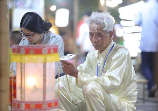 Đèn lồng rợp bóng phố bích hoạ Hà Nội đón Tết Trung thu - Ảnh 11.