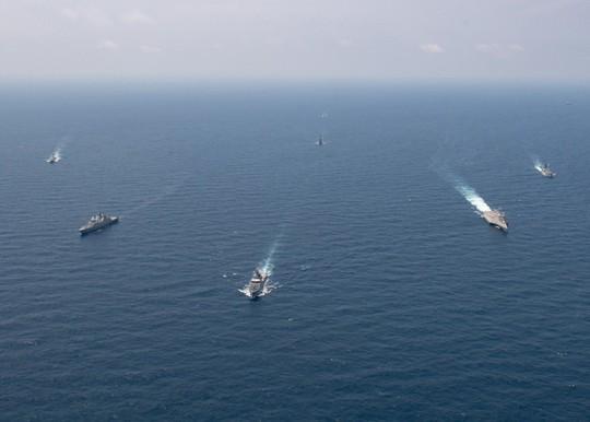 Cận cảnh đặc nhiệm hải quân ASEAN-Mỹ diễn tập truy bắt nghi phạm trên tàu - Ảnh 1.