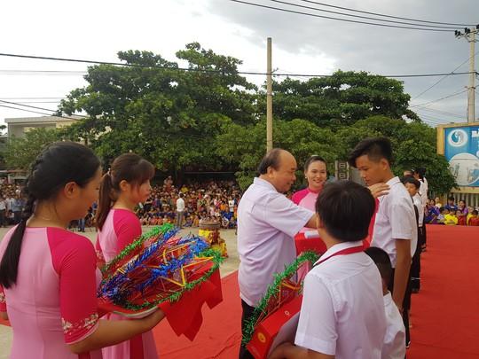 Thủ tướng Nguyễn Xuân Phúc vui Tết Trung thu cùng trẻ em Quảng Nam - Ảnh 1.