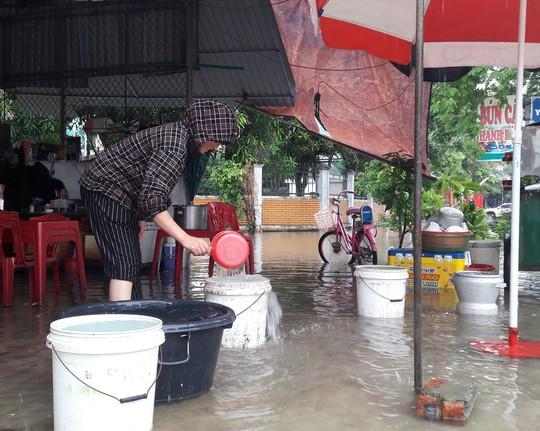 Bị cắt nước, bệnh viện phải dùng nước mưa - Ảnh 1.