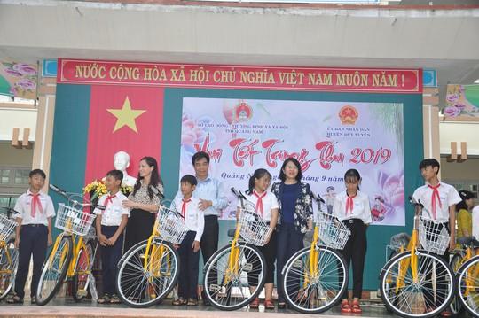 Thủ tướng Nguyễn Xuân Phúc vui Tết Trung thu cùng trẻ em Quảng Nam - Ảnh 3.