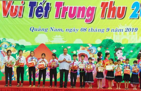 Thủ tướng Nguyễn Xuân Phúc vui Tết Trung thu cùng trẻ em Quảng Nam - Ảnh 2.