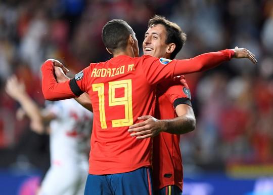 Sao thất sủng Barcelona tỏa sáng, Tây Ban Nha áp sát vòng chung kết EURO - Ảnh 4.