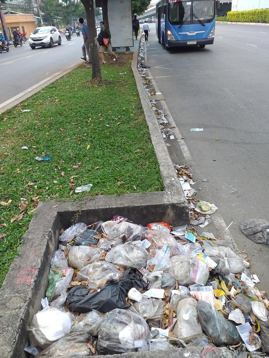 Những miệng cống đầy rác thải - Ảnh 1.