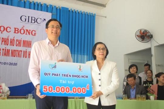 Trao hơn 100 suất học bổng và quà cho học sinh Trung tâm Võ Hồng Sơn - Ảnh 2.