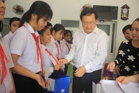 Trao hơn 100 suất học bổng và quà cho học sinh Trung tâm Võ Hồng Sơn - Ảnh 1.