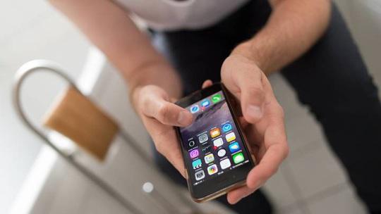 Chồng mang điện thoại vào nhà vệ sinh, vợ tắt wifi trả thù - Ảnh 1.