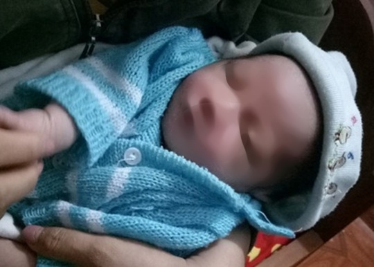 Gia đình hiếm muộn phát hiện bé trai sơ sinh bị bỏ rơi cùng bức tâm thư của người mẹ - Ảnh 1.