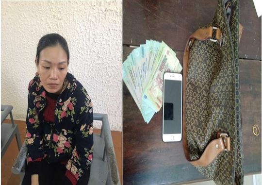 """Người đàn bà """"vi hành"""" khắp các khu chợ ở Quảng Bình để hành nghề """"2 ngón"""" - Ảnh 1."""