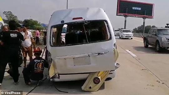 Vừa rời sân bay 8 du khách Anh bị xe buýt  quăng trên cao tốc   - Ảnh 4.