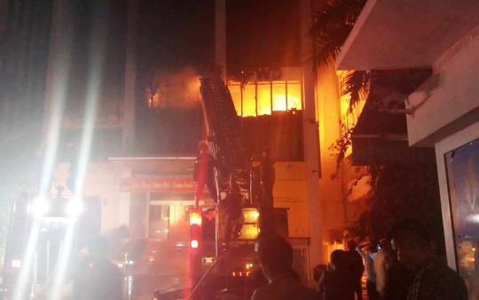 Hiện trường vụ cháy tòa nhà dầu khí Thanh Hóa khiến 2 người chết, 13  người bị thương - Ảnh 4.