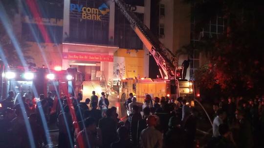 Hiện trường vụ cháy tòa nhà dầu khí Thanh Hóa khiến 2 người chết, 13  người bị thương - Ảnh 3.