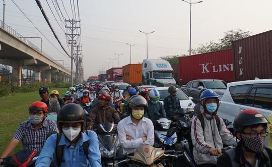 Kinh hoàng cảnh kẹt xe trên mọi ngả đường khu Đông TP HCM - Ảnh 7.