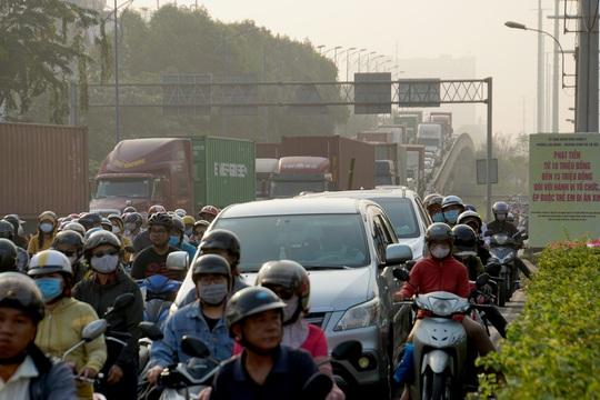 Kinh hoàng cảnh kẹt xe trên mọi ngả đường khu Đông TP HCM - Ảnh 9.