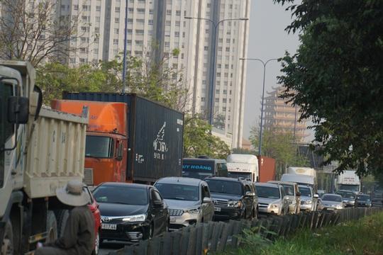Kinh hoàng cảnh kẹt xe trên mọi ngả đường khu Đông TP HCM - Ảnh 13.