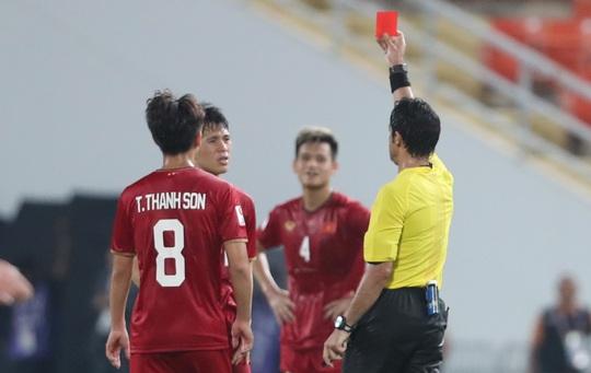 Chiếc thẻ đỏ tai hại khiến Đình Trọng vắng mặt ở vòng loại World Cup - Ảnh 1.