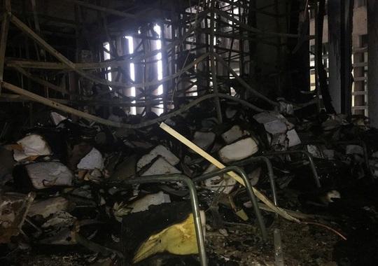 Hiện trường vụ cháy tòa nhà dầu khí Thanh Hóa khiến 2 người chết, 13  người bị thương - Ảnh 16.