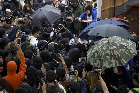 Hồng Kông: Biểu tình bạo lực tiếp diễn, hai cảnh sát bị thương - Ảnh 1.