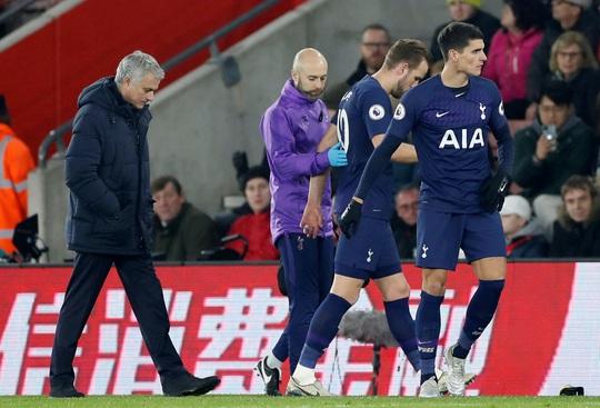 HLV Mourinho nói gì khi bị trọng tài phạt thẻ? - Ảnh 3.