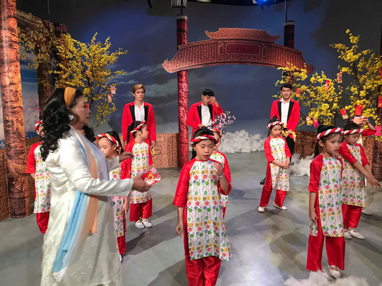 NSND Kim Cương soi chương trình đón năm mới của HTV - Ảnh 9.