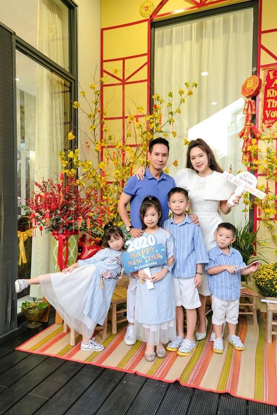 Nghệ sĩ Việt đón Tết đầm ấm bên gia đình - Ảnh 1.
