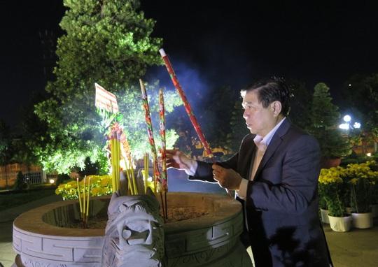 Đêm giao thừa, Chủ tịch UBND TP HCM đến viếng các bậc tiền nhân - Ảnh 1.