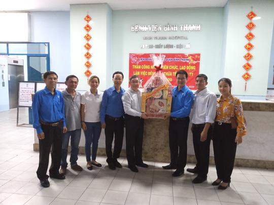 Động viên công nhân làm việc xuyên Tết và công nhân ở trọ - Ảnh 1.