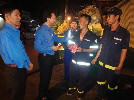 Động viên công nhân làm việc xuyên Tết và công nhân ở trọ - Ảnh 3.