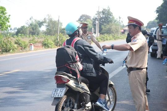 Người đi đường bất ngờ khi được CSGT Đồng Nai tặng nước, khăn lạnh  - Ảnh 2.